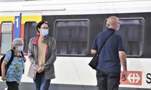 covid gente treno mascherina